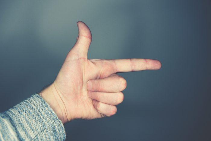 指でこっちを示している