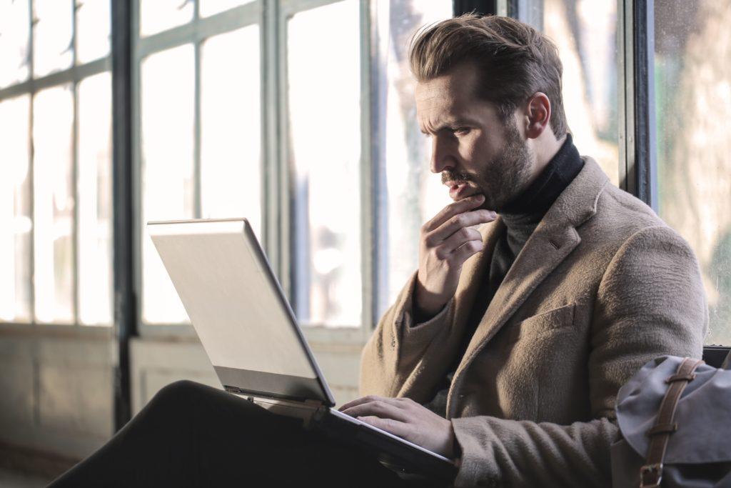パソコンを見て考える男性